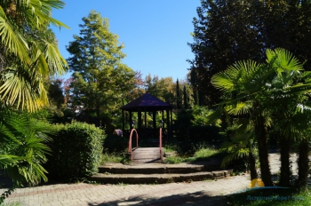 летняя беседка и территория парка в пансионате.jpg