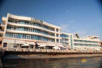 фасад отеля вид с моря.jpg