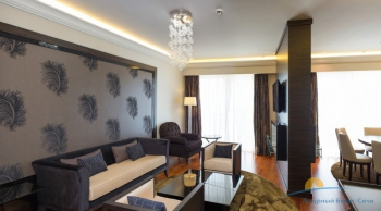 2-местный 4-комнатный Президентский Люкс зоны гостиной и столовой.jpg