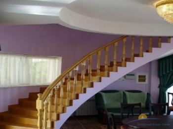 2-мест номер в коттедже - лестница на 2 этаж.jpg