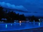 Вид ночью на бассейн