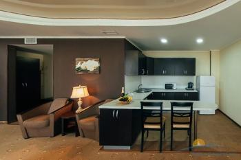 2-местный 2-комнатный номер Апартаменты кухня с балконом.jpg