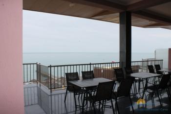 столики на террасе с видом на море.JPG