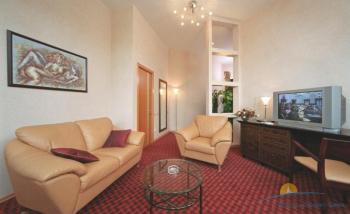 2-местный 2-комнатный номер Де Люкс гостиная.jpg