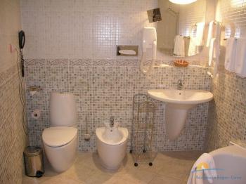 2-местный 2-комнатный номер Люкс санузел.jpg