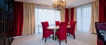 2-мест 3-комн Апартаменты - гостиная с обед стол.jpg