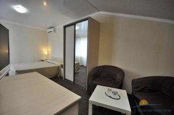 6-местный 2-комнатный номер в большом коттедже с балконом спальня.jpg