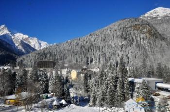 Отель на фоне гор.jpg