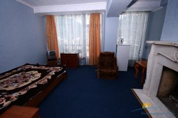2-местный 2-комнатный Люкс с камином спальня.jpg