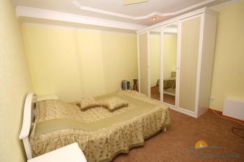 2-местный 2-комнатный номер Люкс с камином спальня.jpg