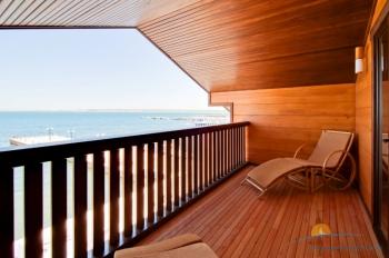 2-местный 1-комнатный номер Бунгало Люкс с видом на море балкон.jpg