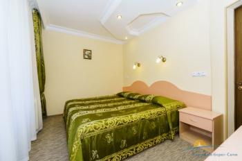 2-местный 2-комнатный номер УК с лоджией спальня.jpg