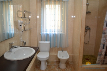 5-местный 3-комнатный номер Люкс с кухней санузел.JPG