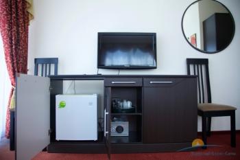 Сейф и холодильник в люкс номере.jpg
