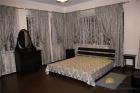 Двуспальняя кровать в номере Люкс