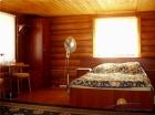 Двуспальная кровать в семейном коттедже