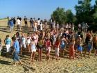 дети на пляже лагеря