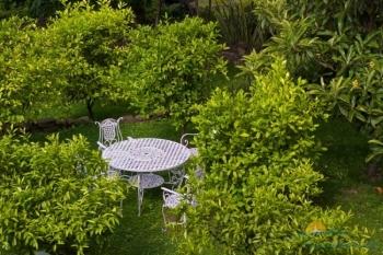 столики во дворике.jpg
