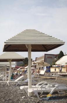 на пляже зонтики и лежаки.jpg