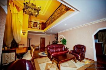 8-мест 2-этажный Презид люкс - гостиная.jpg
