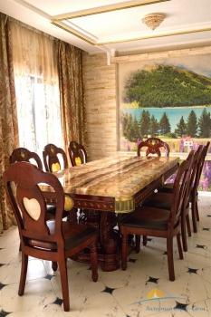 7-мест 5-комн Премиум-Апартаменты - обед стол.jpg