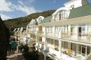 балконы номеров и летний ресторан внизу