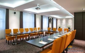 Большой конференц-зал отеля.jpg