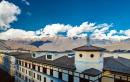 Здание отеля и панорама гор