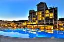 бассейн и здание отеля