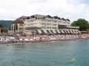 вид с моря на здание отеля