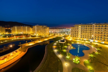 Территория отеля в ночное время.jpg