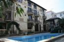 вид на бассейн и корпус отеля