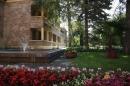 Вид на корпус санатория и цветочные композиции