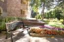 Скамейка у фонтана в парке