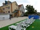 Двор отеля с зоной отдыха