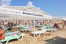 Навесы и лежаки на пляже