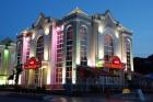 Фасад отеля в ночное время