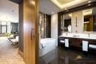 ванна и спальня с раздел кроватями