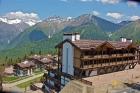 вид на отель и горы вокруг