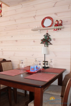 5-местный апартамент двухярусный. Обеденный стол.JPG