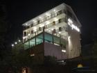ночной вид на фасад отеля