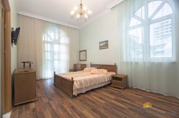2-местная спальня с большой кроватью.jpg